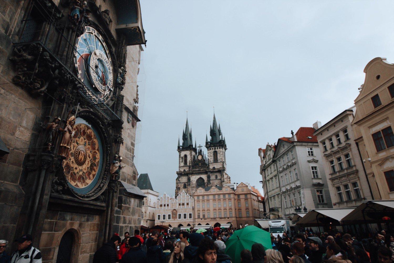 Praça principal de Praga e o relógio Astronômico