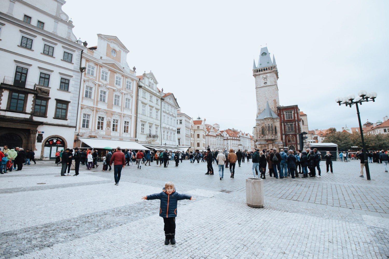 Torre da prefeitura e muitos restaurantes em Praga